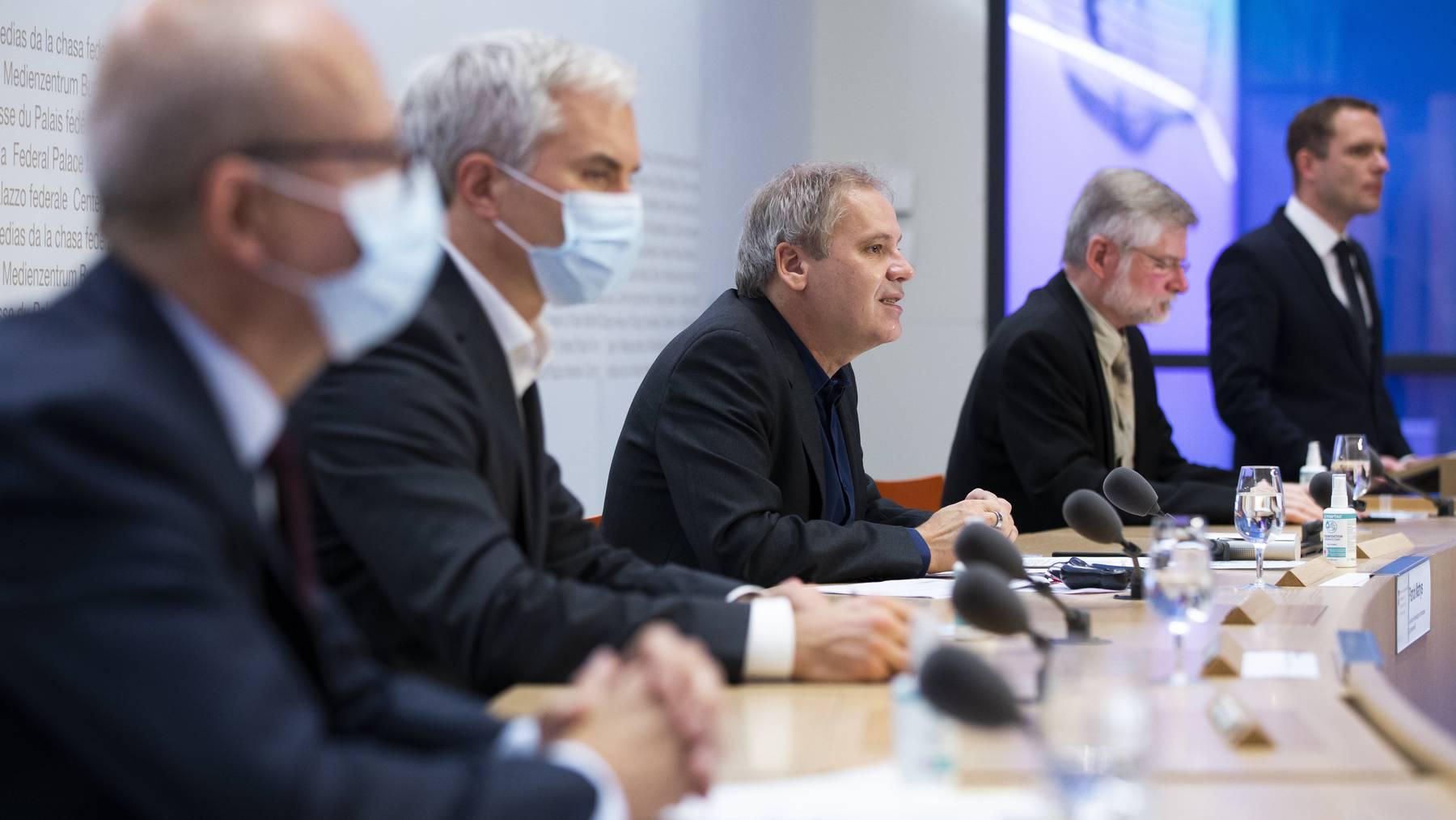 Patrick Mathys (Mitte), Leiter Sektion Krisenbewaeltigung im Bundesamt für Gesundheit, informiert am Montag über die neueste Coronamutation.