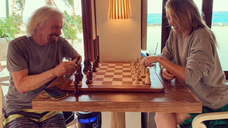 Branson bei einer Partie Schach mit Scharapowa