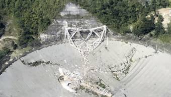 HANDOUT - Das einst weltgrößte Radioteleskop in Puerto Rico ist in sich zusammengefallen. Foto: Yamil Rodriguez/Aereomed/AP/dpa