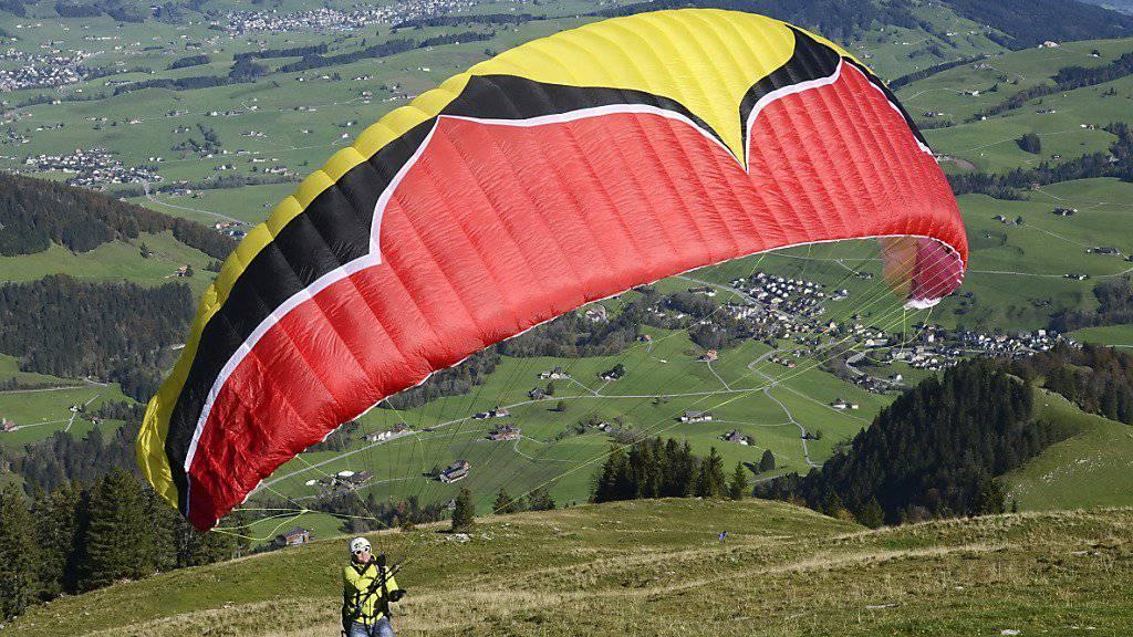 Ein Gleitschirmflieger ist am Freitag am Balmberg im Solothurner Jura abgestürzt und ums Leben gekommen (Symbolbild).