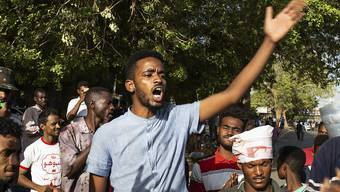 Nach der Einigung des Militärs und der Opposition im Sudan auf eine Teilung der Macht ist die Gewalt am Montagabend wieder aufgeflammt.
