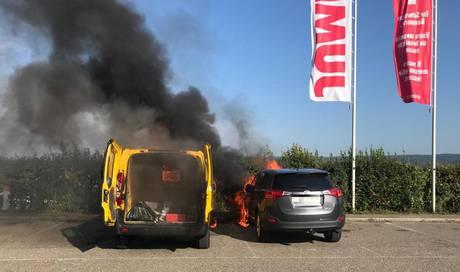 Brand auf dem Parkplatz: Feuer zerstört zwei Fahrzeuge