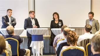 Moderator Jörg Kyburz (2. v.l.) fühlt den Kandidaten Andreas Schmid, Beatrice Burgherr und Beat Hiller auf den Zahn.Chris Iseli