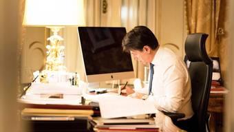 Italiens alter und wohl auch neuer Premier Giuseppe Conte hat bange Stunden vor sich: Am Montag entscheiden die Fünf-Sterne-Mitglieder, ob die Koalition zwischen ihrer Protestbewegung und dem linken Partito Democratico überhaupt zustande kommen kann.