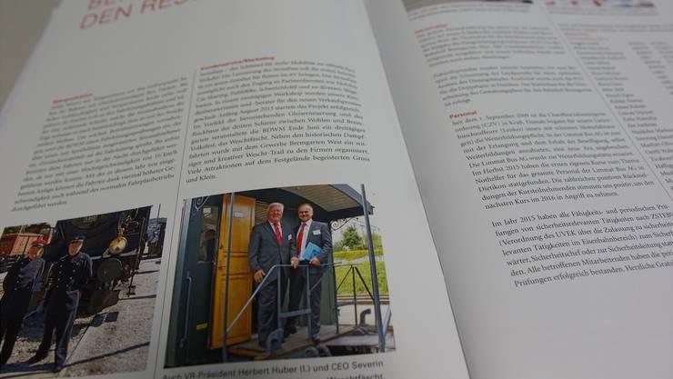 Aus dem gut gemachten Geschäftsbericht: VR-Präsident Herbert Huber und CEO Severin Rangosch geniessen eine Dampffahrt am Weschtfäscht. az