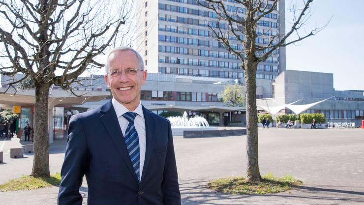 «Wir können nicht die Strukturen der 70er-Jahre erhalten. Das gäbe einen Ballenberg»: Werner            Widmer vor dem Bettenhochhaus auf dem Bruderholz, das abgerissen und einer ambulanten Klinik weichen soll.
