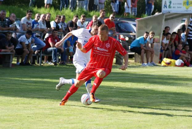 Marco Bolli deckt den Ball ab.