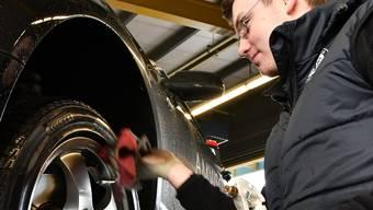 Wer sich die Reifen im Ausland wechseln lässt spart. (Symbolbild)