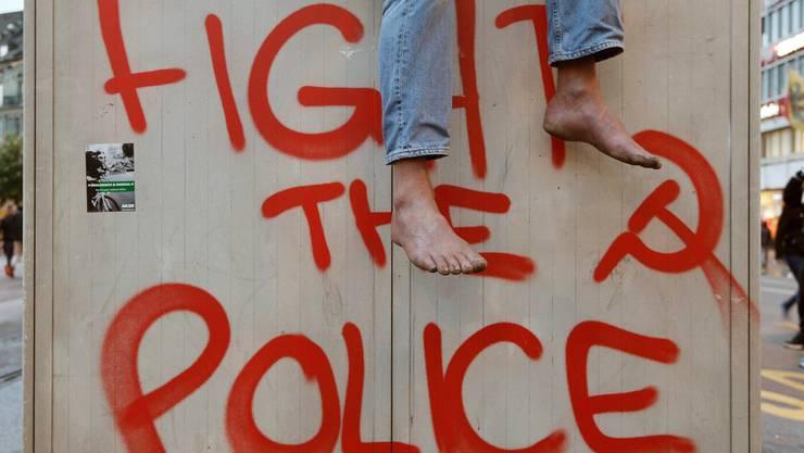 Eine Sprayerei als Überbleibsel von der «Tanz dich frei»-Demo am Samstag-Abend. KEYSTONE/Peter Klaunzer