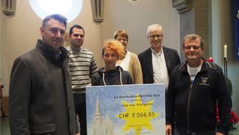 Die Vertreter der vier christlichen Kirchen Bremgartens überreichen Stefan Dietrich (rechts) das Geld, das er den Flüchtlingen bringen kann.