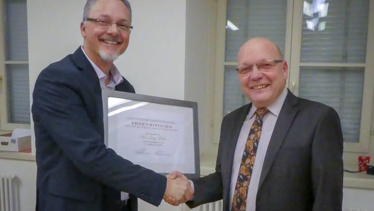 Ruedi Döbeli (l. neuer Präsident) übergibt Hans Jürg Müller (r. vormals Präsident) die Urkunde zur Ehrenmitgliedschaft des Kulturvereins Erlinsbach.