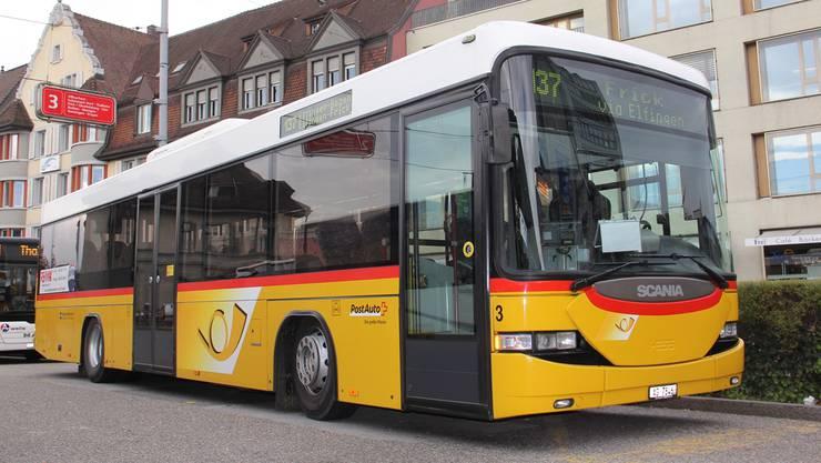 Ein Postauto der Linie 137, hier am Bahnhof Brugg, wurde am Samstag von zwei Fahrgästen in Effingen zum Stillstand gebracht.