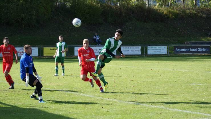 Dietiker Albtraum: Thalwils Brian Bickel (in Grün-Weiss) erzielt drei Treffer gegen Torwart Markus Würsten und Verteidiger Timo Todzi