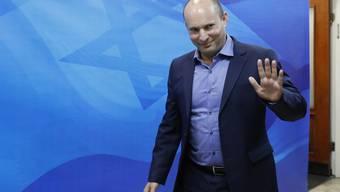 Erziehungsminister Naftali Bennett, Vorsitzender der Siedlerpartei - hier am Sonntag auf dem Weg zur Kabinettssitzung-, hat den Verbleib seiner Fraktion in der Regierungskoalition angekündigt.