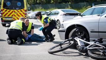 Die Ambulanz brache die 81-jährige E-Bike-Fahrerin ins Spital. (Symbolbild)