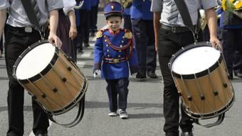 Auch die Kleinen sind beim Umzug der Musikgesellschaften dabei
