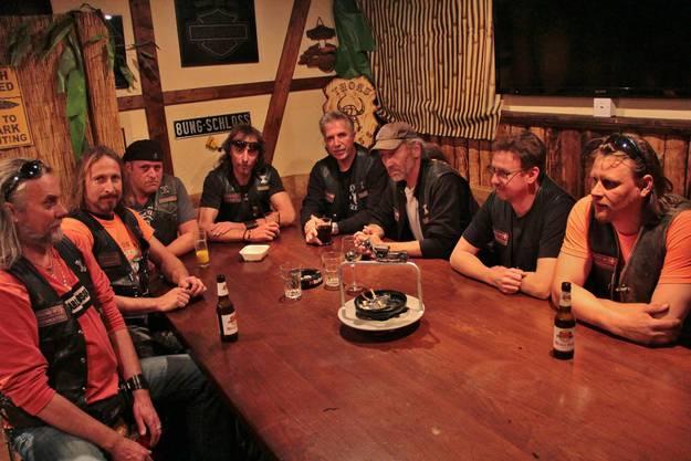 Hier am Stammtisch im Clubhaus treffen sich die Mitglieder des MC Thors Limmattal regelmässig, um Veranstaltungen zu planen und Stammtischgespräche zu führen.
