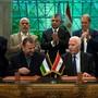 Die Vertreter von Hamas und Fatah bei der Unterzeichnung des Abkommens in Kairo.