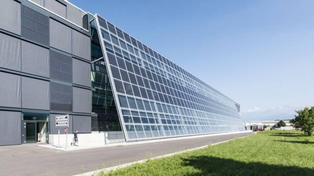 Solarzellen am Meyer-Burger-Gebäude in Gwatt (Archiv)