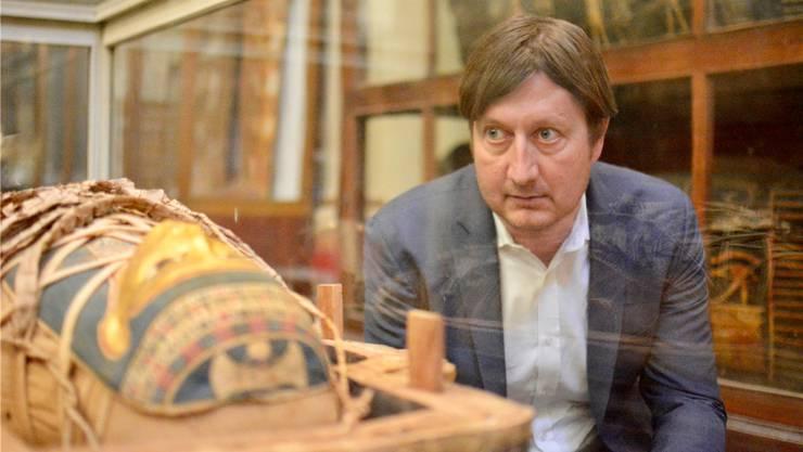 Frank Rühli vor einer unbekannten Mumie im Ägyptischen Museum in Kairo. Der Uni-Professor hat Ötzi und Tutanchamun untersucht.