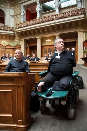 Der 50-jährige Politiker mit seinem Assistenten Daniel Lauterbrug in den Nationalratssal.