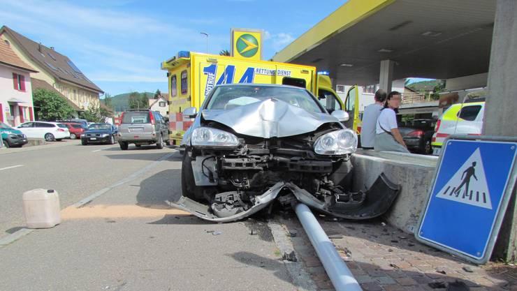 Strassenlampe gerammt: Ein Autofahrer kam in Möhlin von der Strasse ab.