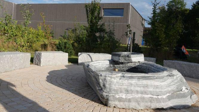 Der Brunnen zu Ehren von Chrigu Stucki steht von nun an beim Stiglimatt-Spielplatz in Lyss.