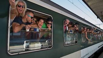Sechs Mal pro Monat benutzen Schweizerinnen und Schweizer im Durchschnitt den Zug - zum Beispiel um aus dem Tessin an die Street Parade nach Zürich zu reisen. (Archivbild)