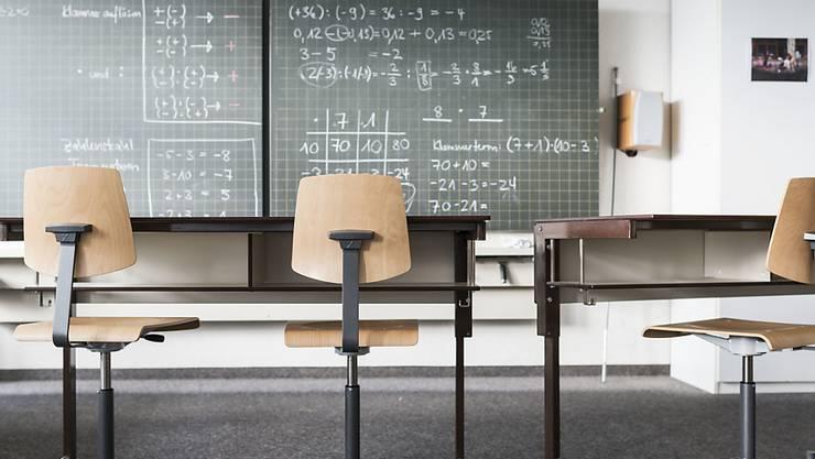 Schülerinnen und Schüler stehen immer wieder vor der Frage, welches Schwerpunktfach sie wählen sollen. (Symbolbild)