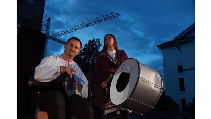 Auch die Störche auf dem Kran verfolgen die mazedonisch-musikalische Darbietung vor dem Stadthaus.