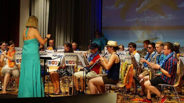 Die Crew des Kreuzfahrtschiffes «Melody» kleidet sich passend zur nächsten Destination in Hawaiihemden – dirigiert wird die Jugendmusik rechtes Limmattal von Mirjam Loeliger.