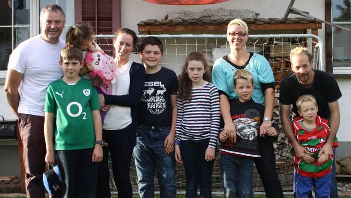 Die Hochstrassers (vier Personen rechts im Bild) trafen die Familie Guinan aus Irland kurz vor der Abreise bei sich zu Hause in der Eigenämter Gemeinde Birr.