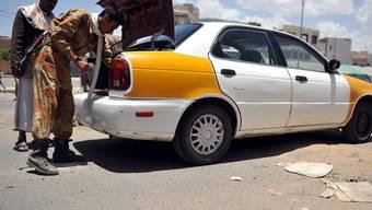 Ein jemenitischer Soldat durchsucht ein Auto. Im Jemen geraten Militärs und Al-Kaida-Kämpfer immer wieder aneinander (Symbolbild)