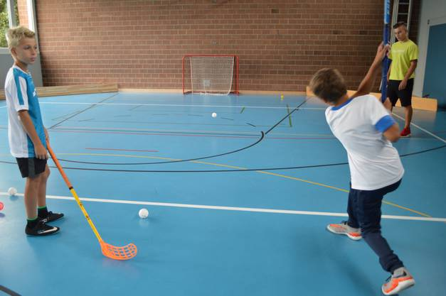 Die Torschiess-Übung macht den Kindern grossen Spass
