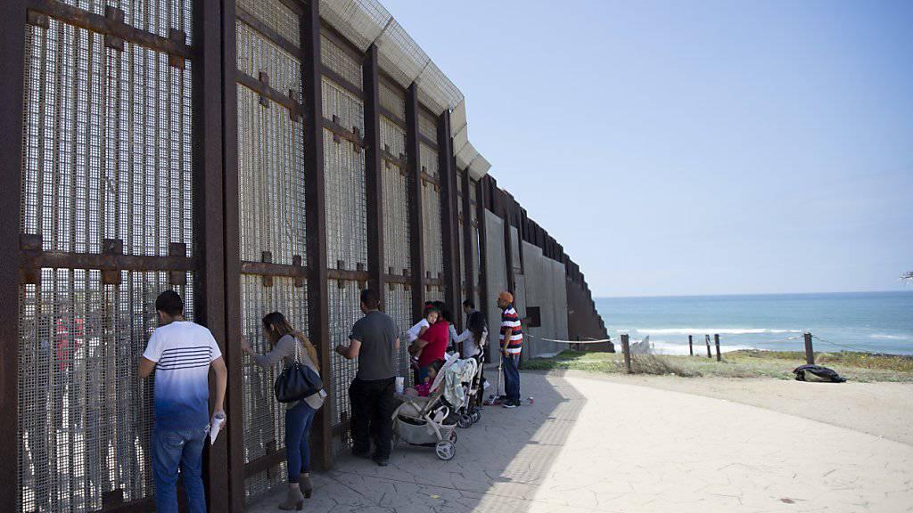 Liebe ohne Grenzen: Heirat am Grenzzaun zwischen den USA und Mexiko. (Archivbild)