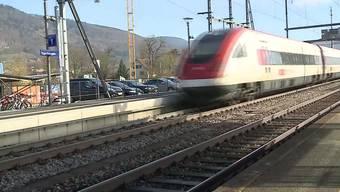 In der Nacht überquerten ein 43-Jähriger und ein 44-Jähriger die Gleise beim Bahnhof. Dabei wurden sie von einem Zug erfasst und schwer verletzt.