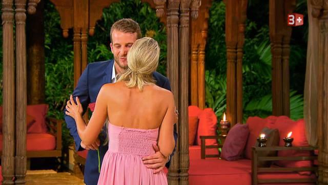 Hat den sportlichen «Bachelor» überzeugt: Janine bekommt auch diesmal eine Rose.