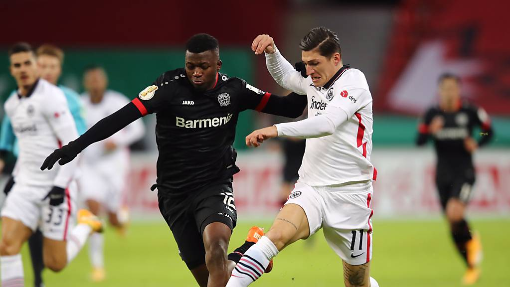 Steven Zuber (rechts) wird vom Leverkusener Verteidiger und 2:1-Torschützen Edmond Tapsoba bedrängt.
