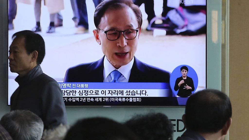 Zweieinhalb Wochen nach seiner Verhaftung hat die Staatsanwaltschaft gegen Ex-Präsident Lee Myung Bak (Bild) Anklage wegen Korruption erhoben. Das berichteten südkoreanische Sender am Montag.