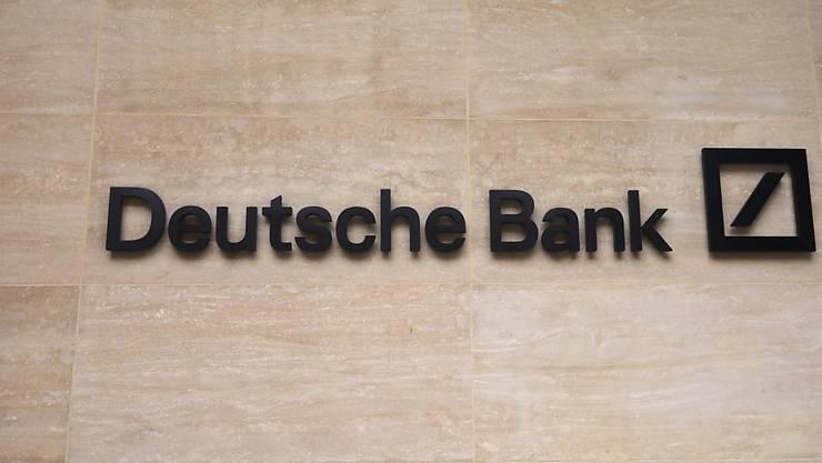 Die Deutsche Bank hat im vergangenen Quartal wegen ihres Konzernumbaus erneut einen Verlust eingefahren. (Archiv)