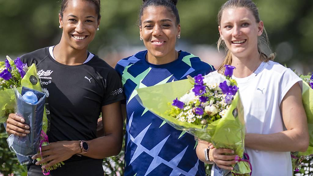 Gibt es das gleiche 100-m-Podest wie vor zwei Wochen in Genf? In die Kamera lächeln Mujinga Kambundji (1.), Salomé Kora (2./links) und Ajla Del Ponte (3.)