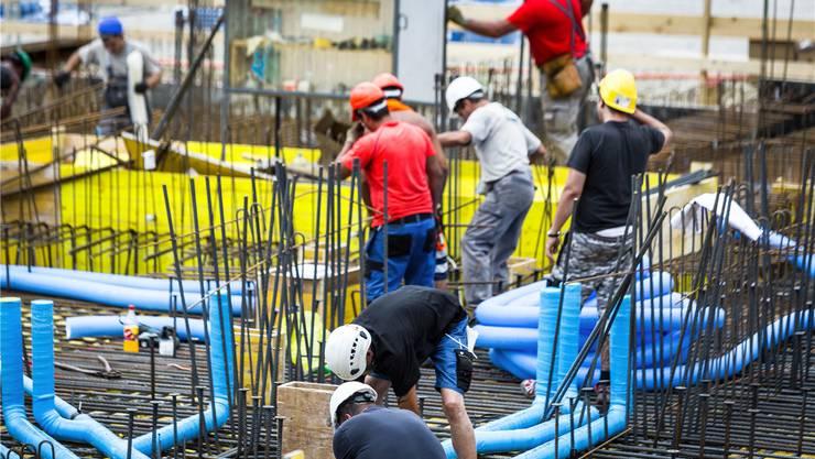 Grossbaustellen prägen die Wirtschaftslandschaft, im Bild Arbeiter im neuen Aeschbachquartier in Aarau. Chris Iseli/Archiv