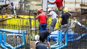Grossbaustellen prägen die Wirtschaftslandschaft, im Bild Arbeiter im neuen Aeschbachquartier in Aarau.