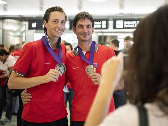 Martin Fuchs (links) und Steve Guerdat präsentieren im Herbst 2018 ihre WM-Medaillen nach der Heimkehr von Tryon.
