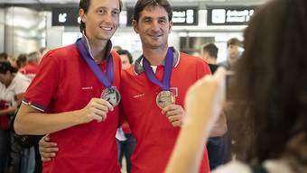 Martin Fuchs (links) und Steve Guerdat präsentieren ihre WM-Medaillen nach der Heimkehr von Tryon.