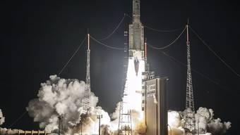 In der Raumfahrt ist in der Nacht auf Mittwoch der 100. Start einer Ariane-5-Rakete vollzogen worden. (Archivbild)