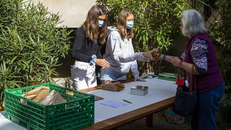 Zwei Frauen verkaufen Brot, um Geld für die Hilfsorganisation «Swiss Solidarity» zu sammeln. (Bild: S. Di Nolfi/Key (Hermance GE, 9. Mai 2020)