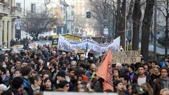 Die Demonstrierenden in Mailand protestieren gegen rassistische Gesetze.