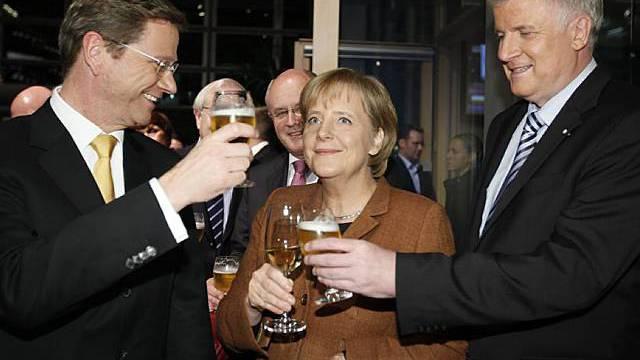 Nach der erfolgreichen Unterzeichnung: Westerwelle, Merkel und Seehofer