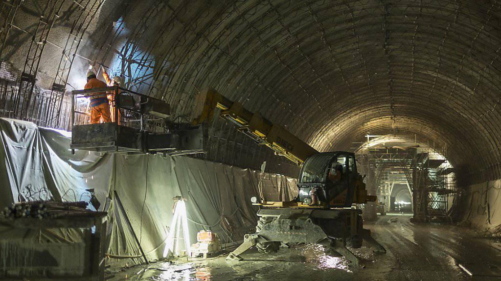 Bauarbeiten im Ceneri-Basistunnel im vergangenen Juni - am Montagmorgen ist auf der Tunnel-Baustelle ein Bauarbeiter tödlich verunglückt. (Archiv)